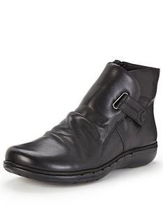 clarks-un-arlyn-flat-ankle-boot