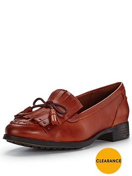 clarks-busby-lola-tassel-loafer-tan