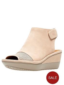 clarks-wynnmere-abie-low-wedge-sandal-sand