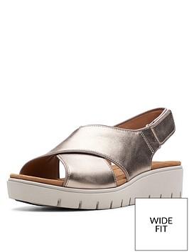 clarks-unstructured-un-karley-sun-wide-fit-flat-sandals-gold-metallic