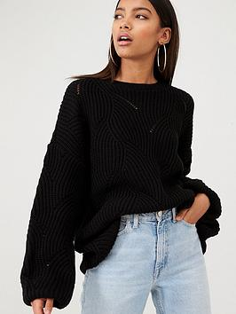 in-the-style-in-the-style-x-billie-faiers-scallop-knit-oversized-jumper-black